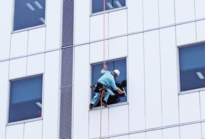 【ビルメンテナンス】ビル清掃員の墜落死が相次ぐ 業界へ対策周知を依頼 東京労働局