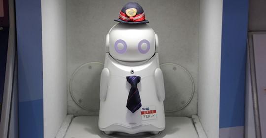 【ビルメンロボット】京王線新宿駅で働く、身長30㎝「新駅員」の正体