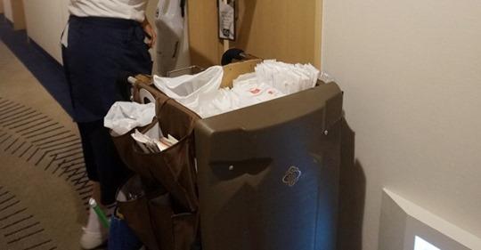 【ビルメンテナンス】ハードなホテルの客室清掃…小型ワゴン導入で働き方改革! 廊下すっきり、高齢化進むスタッフの負担も軽減